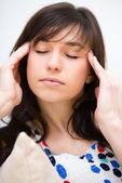 Mulher está sofrendo de dor de cabeça — Foto Stock