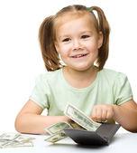 Holčička je počítání dolarů — Stock fotografie