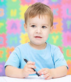μικρό αγόρι εγγράφως σχετικά με το έργο του — Φωτογραφία Αρχείου