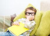 Küçük çocuk kitap okuma — Stok fotoğraf