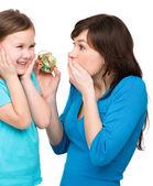 Küçük kız ve annesi zaman hakkında endişeli — Stok fotoğraf