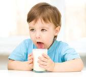 Bir bardak süt ile şirin küçük çocuk — Stok fotoğraf
