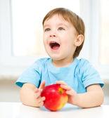 Apple ile mutlu bir çocuk portresi — Stok fotoğraf