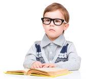 Kitap ile küçük çocuk oyun — Stok fotoğraf