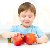 Retrato de un niño feliz con manzanas — Foto de Stock