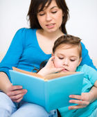 Mutter liest buch mit ihrer tochter — Stockfoto