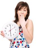 Mujer joven tiene gran reloj — Foto de Stock
