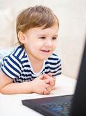 Küçük çocuk laptop oynuyor — Stok fotoğraf
