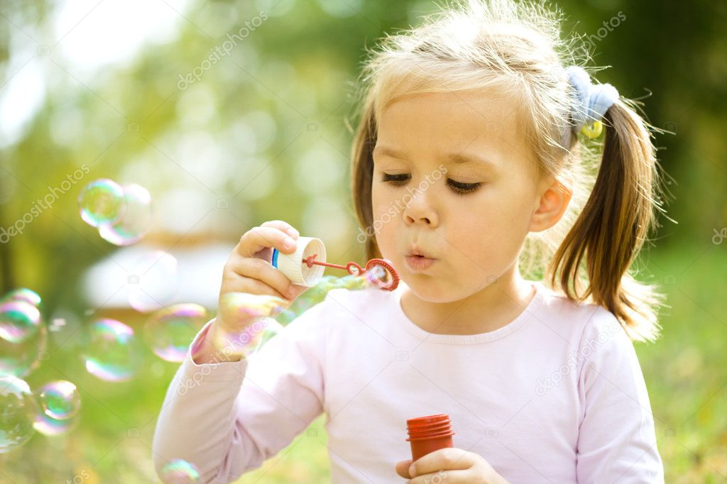 可爱的小女孩吹肥皂泡泡