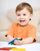 Küçük çocuk beyaz kağıt üzerine çizim — Stok fotoğraf