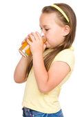 Küçük kız portakal suyu içiyor — Stok fotoğraf