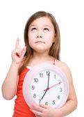 маленькая девочка держит большие часы — Стоковое фото