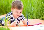 Mały chłopiec bawi się z ołówki — Zdjęcie stockowe