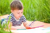 Küçük çocuk ile kalemler oynuyor — Stok fotoğraf