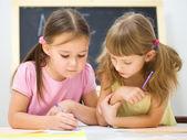 Küçük kızlar bir kalem kullanarak yazma — Stok fotoğraf
