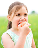 Apple ile küçük bir kız portresi — Stok fotoğraf