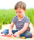 Malý chlapec hraje s hračkami — Stock fotografie