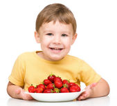 Little boy with strawberries — Stock Photo