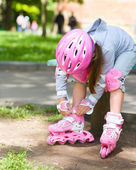 Küçük kız, roller-blade giyiyor — Stok fotoğraf