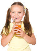 Bambina è bere succo di carota — Foto Stock