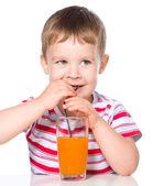 Kleine jongen met glas wortelsap — Stockfoto