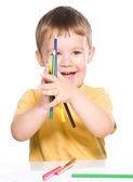 小さな男の子は、色の鉛筆で遊んでください。 — ストック写真