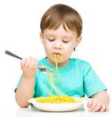 маленький мальчик ест спагетти — Стоковое фото