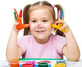 Portrét roztomilá dívka hraje s barvami — Stock fotografie
