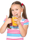 小女孩喝橙汁 — 图库照片