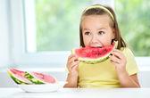 Söt liten flicka äter vattenmelon — Stockfoto