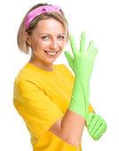 Mujer joven como mucama limpieza — Foto de Stock