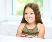 Little girl is showing grimace — Stock Photo