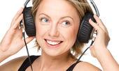 Genç kadın kulaklık kullanarak müzik keyfi — Stok fotoğraf