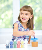 Little girl is painting with gouache — Stok fotoğraf