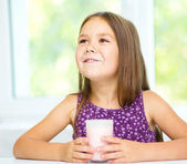 Cute little girl showing milk moustache — Foto de Stock