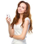 Genç kadının telefonunu sms mesaj yazmakta olduğunu — Stok fotoğraf