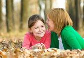 Mãe está conversando com sua filha — Fotografia Stock