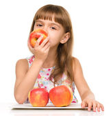 Little girl with red apples — Stock fotografie