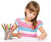 Petite fille est le dessin à l'aide de crayons — Photo