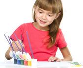 Bambina è dipinto con guazzo — Foto Stock