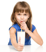 Cute little girl with a glass of milk — Stockfoto