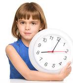 Bambina è in possesso di grande orologio — Foto Stock
