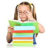 Klein meisje is het lezen van een boek — Stockfoto