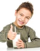 ładny chłopak ze szklanką mleka — Zdjęcie stockowe