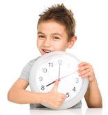 Chlapec drží velké hodiny — Stock fotografie