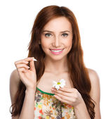 Young woman is tearing up daisy petals — Foto Stock