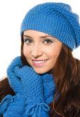 Joven feliz mujer vestida con ropa de invierno — Foto de Stock