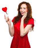 Młoda kobieta gospodarstwie czerwone serce — Zdjęcie stockowe