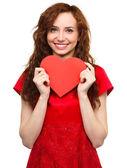 Ung kvinna anläggning röd hjärta — Stockfoto