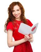 Młoda kobieta jest czytanie valentine karty — Zdjęcie stockowe
